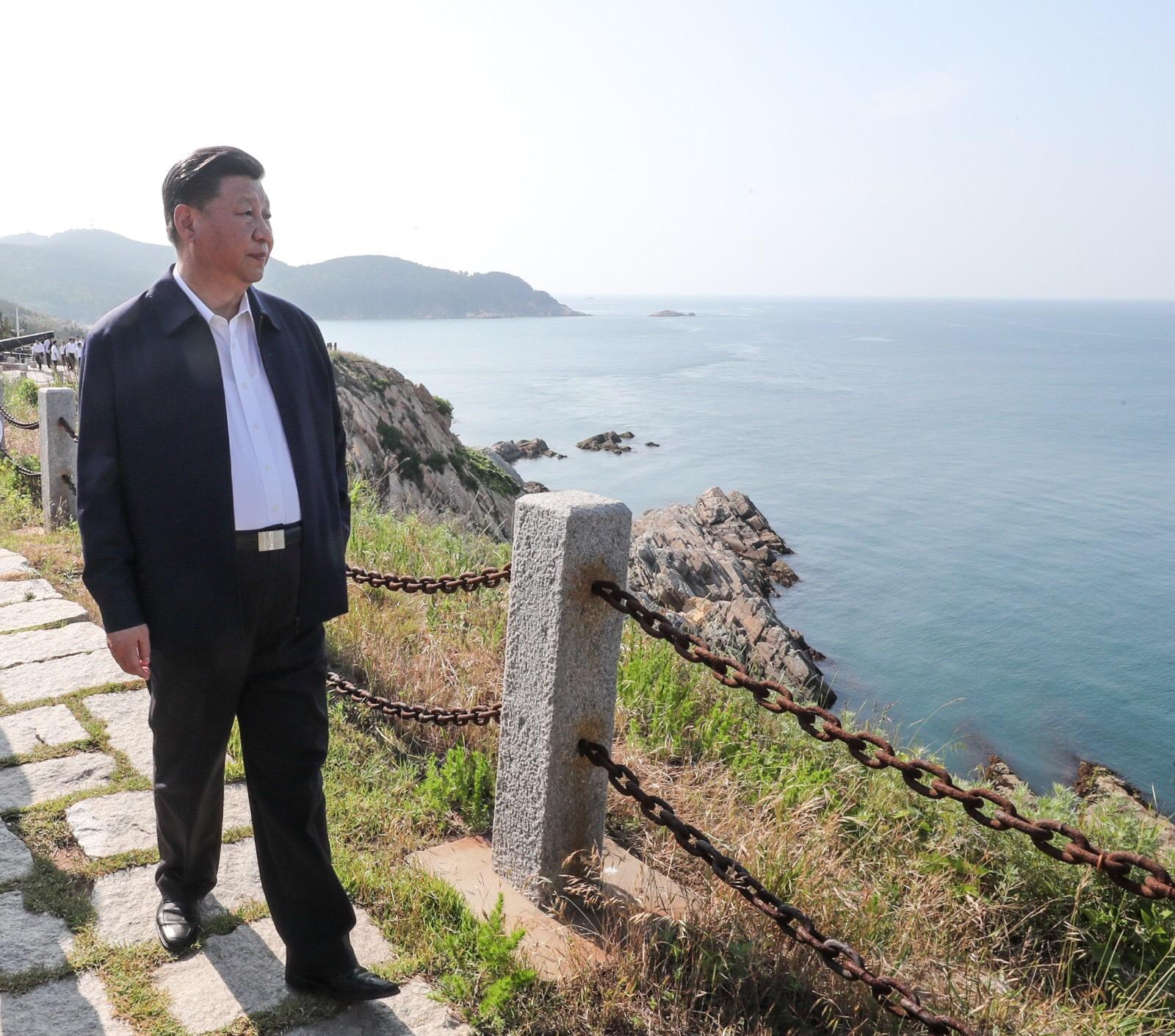 习近平乘船赴威海湾的刘公岛考察3.jpg