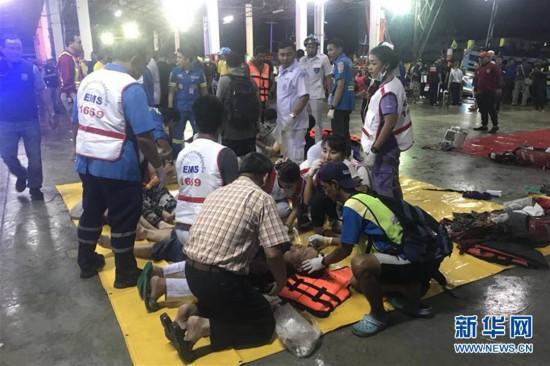 7月5日,在泰国普吉府普吉岛,急救人员救治获救游客。新华社发.jpg