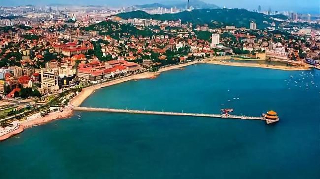 02青岛栈桥 青岛栈桥位于游人如织的青岛中山路南端,桥身从海岸探入
