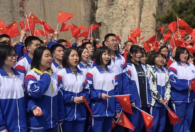 庆祝新中国成立70周年 泰山之巅千余师生共唱《我和我的祖国》