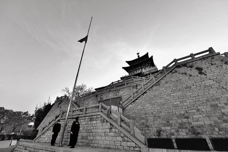 慢直播:济南解放阁等全省地标降半旗志哀