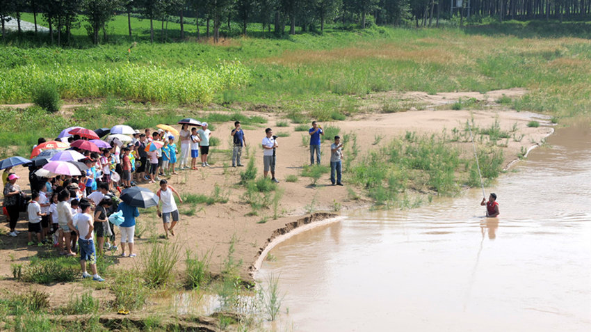 黄河游泳有多危险?阻泳志愿者下水还原水下险情