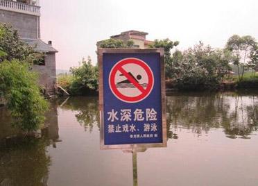 河边防溺水警示不到位!潍坊主要河流两岸的警示牌设置不密集