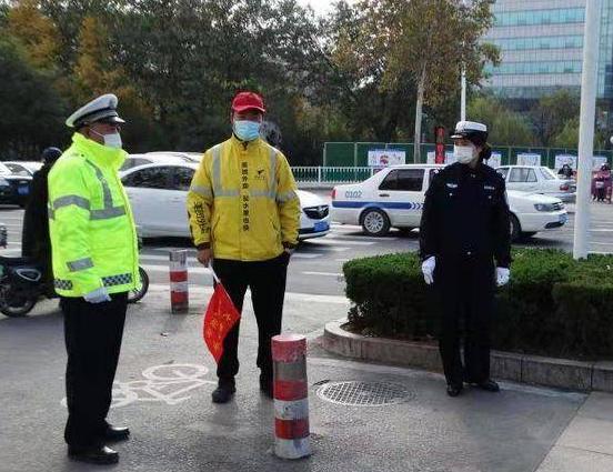 潍坊奎文:戴上小红帽,外卖小哥成了文明交通志愿者