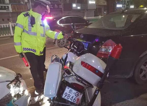 高密一司机路遇交警疯狂倒车 原是无证毒驾惹的祸