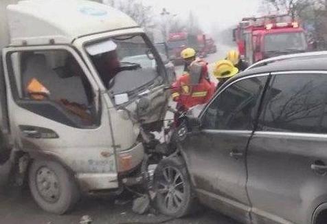 青州:雨雪天气两车相撞 货车司机腿部受伤
