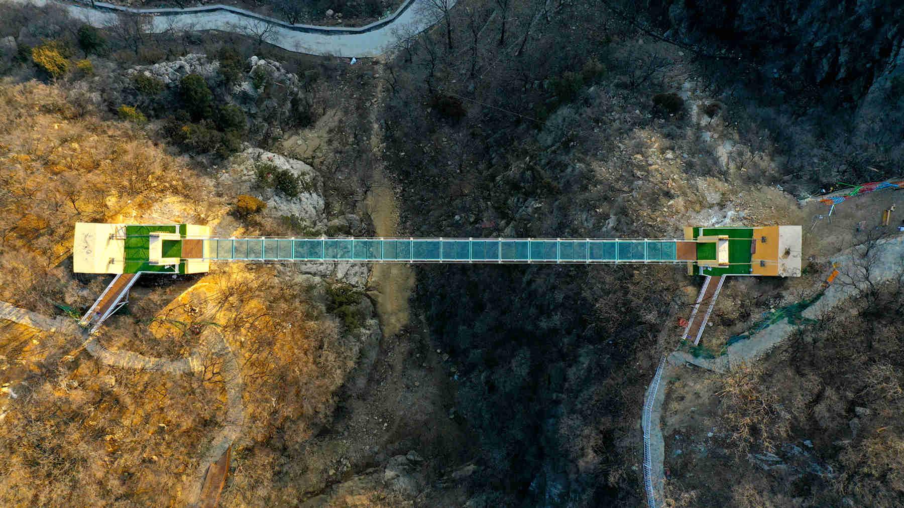云逛淄博超震撼77米悬空玻璃吊桥