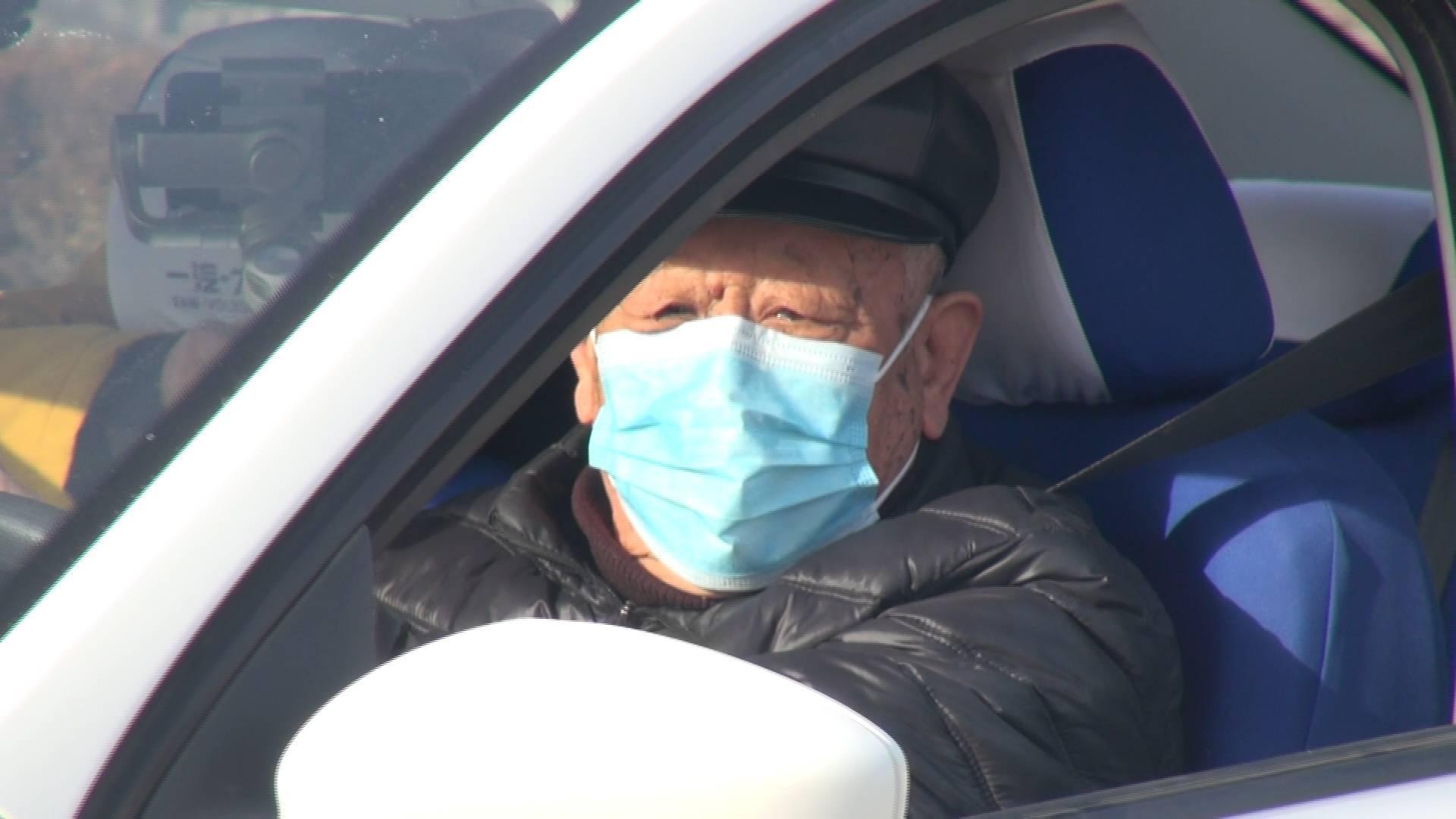 """83岁考生科三""""上路"""" 记者陪考山东年龄最大驾考生"""