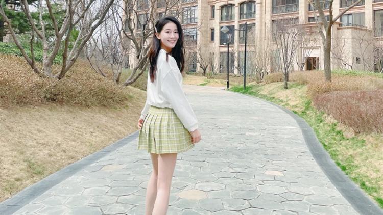 体操女神张豆豆微博晒美照,肤白貌美短裙显长腿