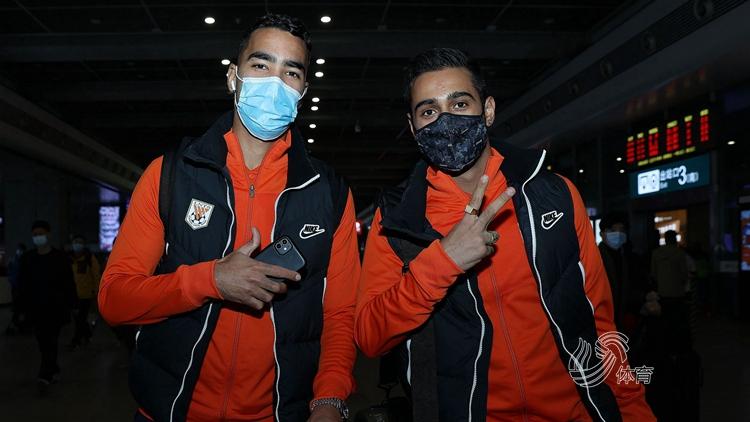 山东泰山抵达上海,将与国足进行热身赛