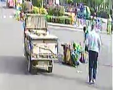 青岛街头暖心一幕:三轮车侧翻在地,车主被众人救起