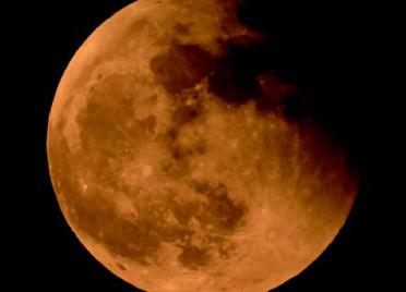 """潍坊雨后见""""超级月亮"""",天文爱好者抢拍下半影月食阶段"""