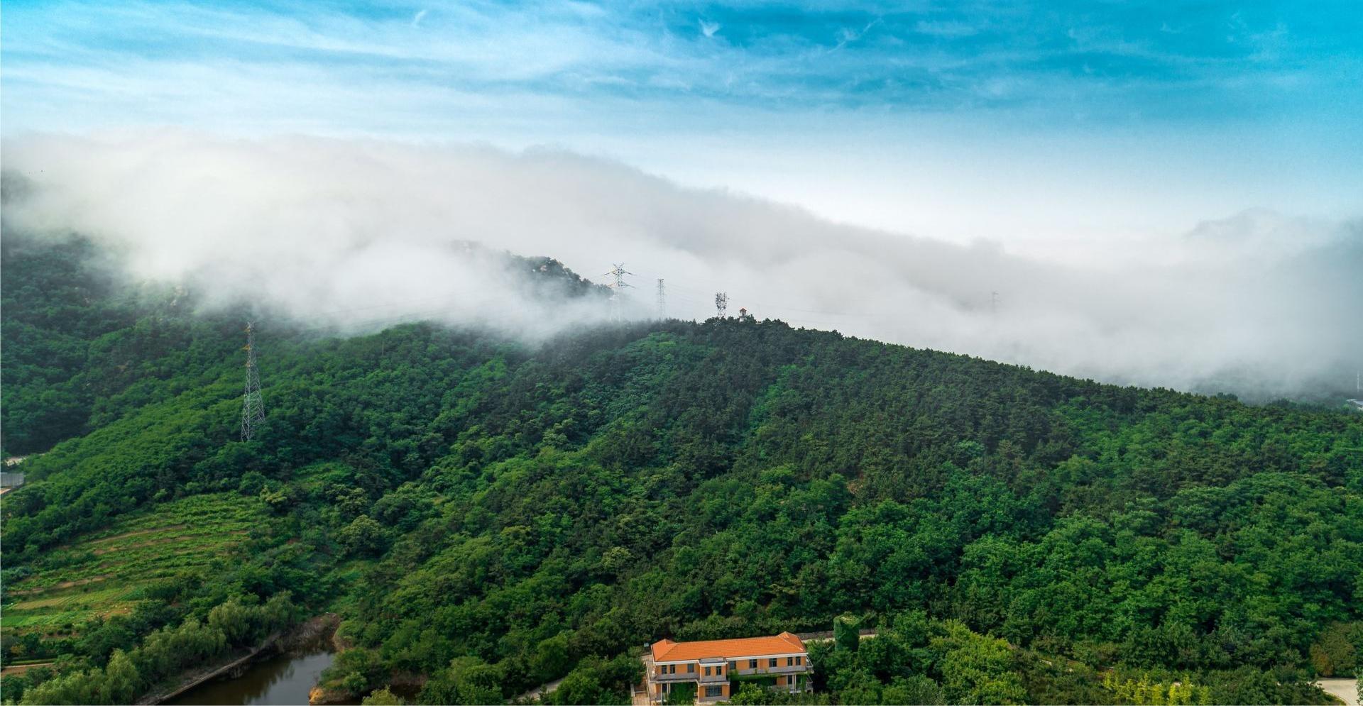 """海雾来袭,浮山再现""""盖帽""""景观犹如仙境"""