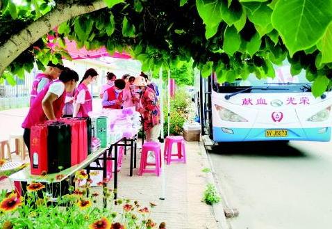 采血车开进村,村民积极献血!昌邑市二甲村已连续两年组织无偿献血