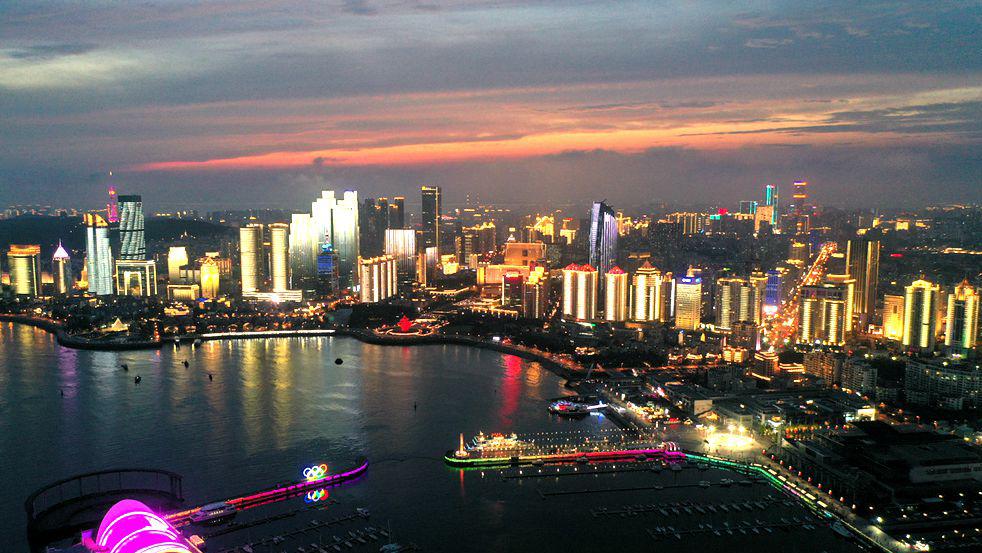 夏日青岛 有一种美叫晚霞与霓虹相辉映