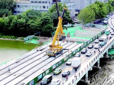 潍坊健康街白浪河桥改扩建工程已开始箱梁吊装,南半幅桥面预计九月上旬通车