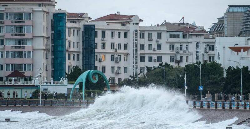 """受台风""""烟花""""外围影响 青岛沿海一线掀大浪"""