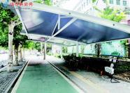 山东潍坊:校门口搭棚 为家长遮阳挡雨
