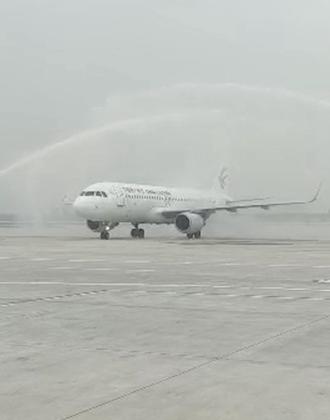 水门迎接!首架航班抵达青岛胶东国际机场