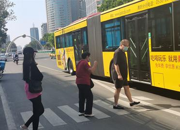 山东潍坊:排队乘车 小细节彰显大文明