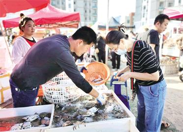 """山东潍坊:螃蟹价格""""亲民"""" 市民吃个够"""