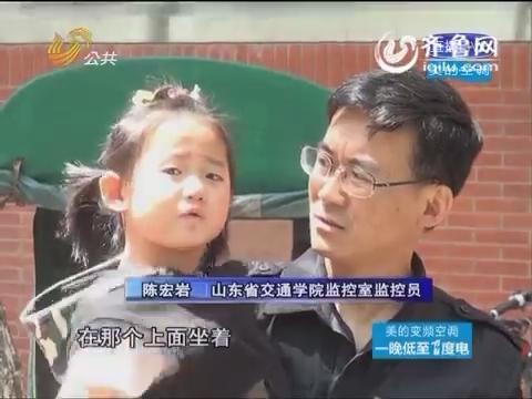 济南:两孩子玩水落湖 男子不会游泳狗刨救人