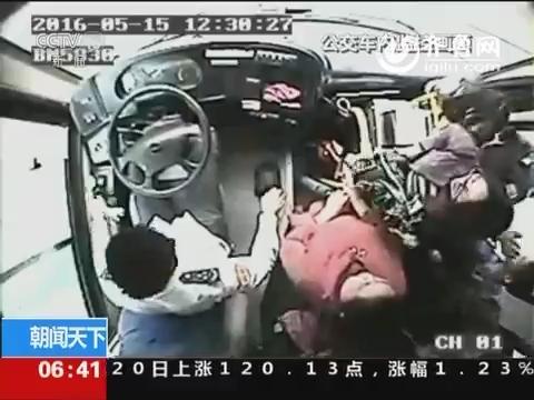 山东青岛:老人过马路时癫痫发作 众人救助
