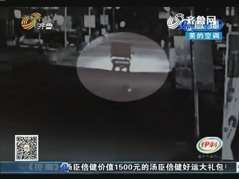 烟台:骑摩托 撞上路边的大货车