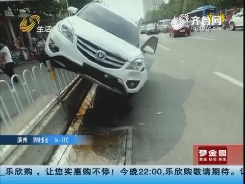 济宁:越野车失控 当街撂倒俩人