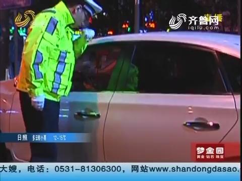 青岛:路遇夜查 司机把交警锁车里
