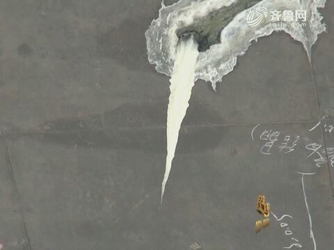 济南:太危险!头顶上挂着半米长冰溜子