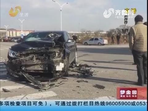 烟台:教练车被撞 碎片散落一地