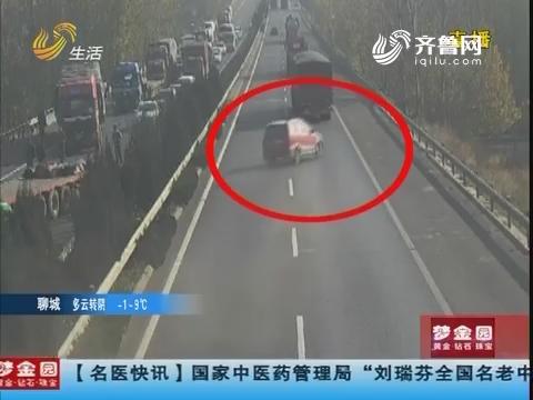 青岛:失控!越野车高速上连撞护栏