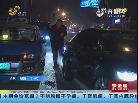 青岛:遇交警 男子疯狂倒车酿事故