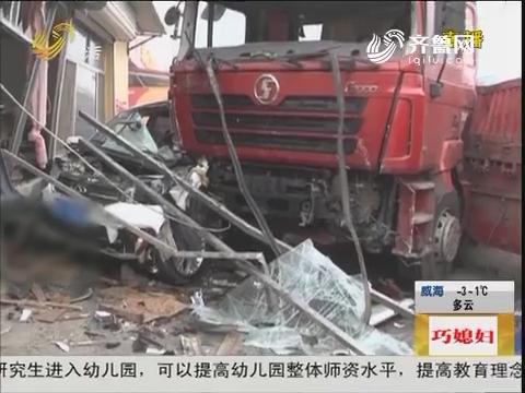 潍坊:惊险!越野车与货车猛烈相撞