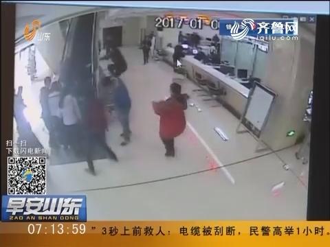 """烟台:老人摔倒 """"箭步哥""""3秒救人"""
