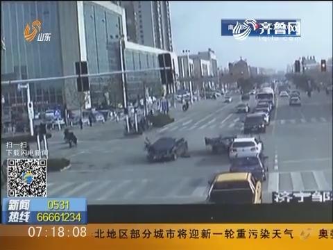 济宁:三轮闯红灯被撞飞