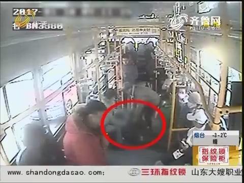 青岛:身体打转 小伙公交车上昏倒