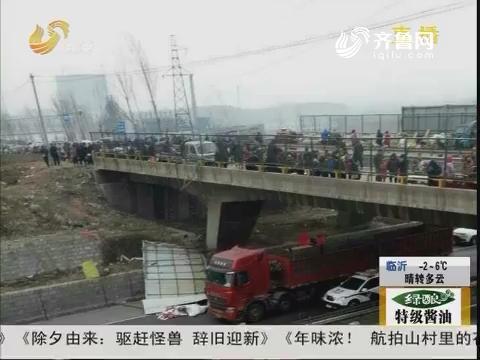 """淄博:桥上""""飞下""""广告牌"""