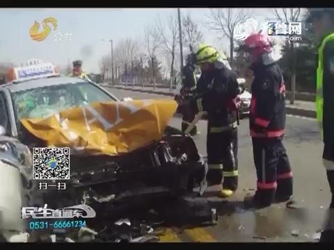 泰安:惨烈!出租车撞上SUV 车头撞掉大半