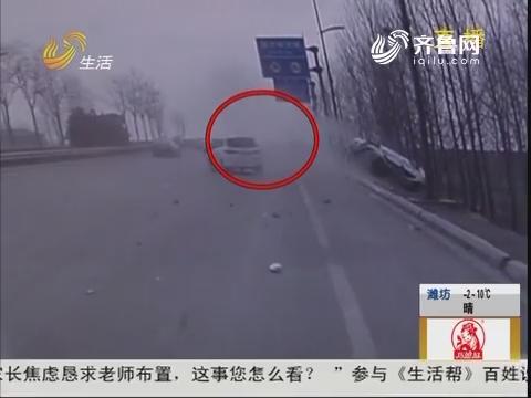 济宁:惊险!路口连环撞 轿车翻下沟