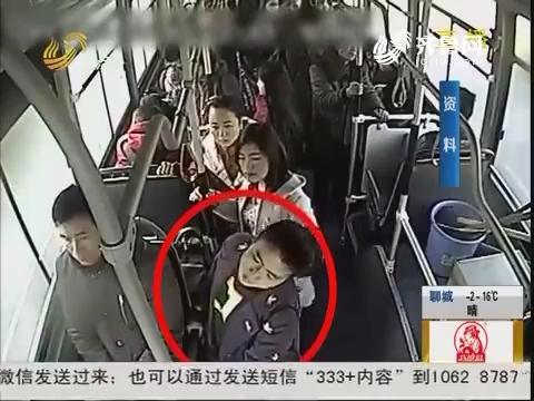 济南:上班女子 公交车上晕倒