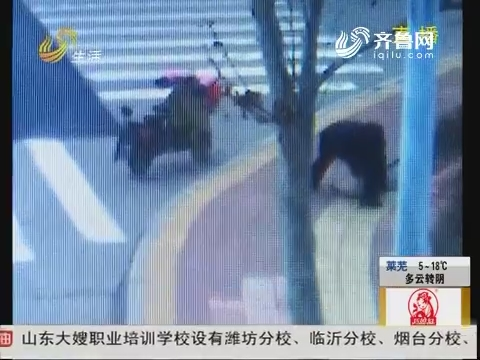 潍坊:极品小偷 路边偷砖头