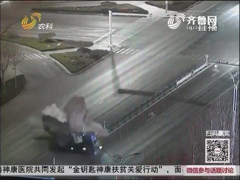 昌乐:监控记录大货车相撞瞬间