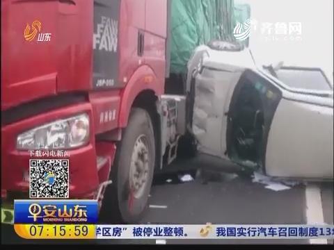 随意变道闯祸 面包车被撞进绿化带