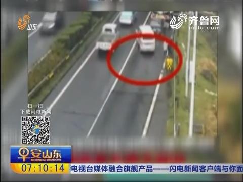 福建莆田:前车设了警示牌 司机仍被撞飞