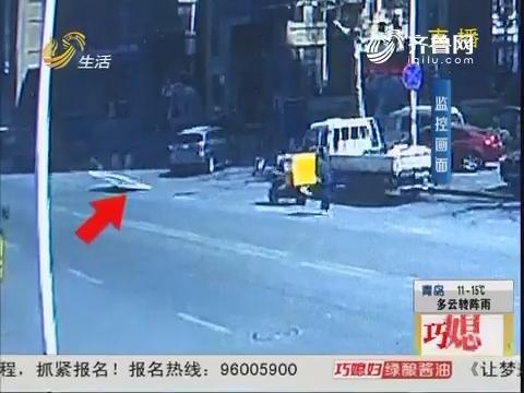 青岛:指示牌腾空飞起 面包车被砸