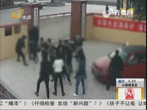 青岛:持刀 持棍!二十多人聚众斗殴