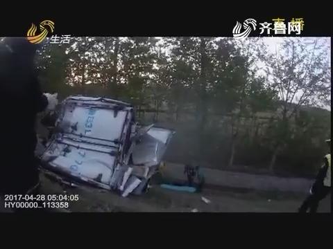 青岛:货车冲破护栏 扎进深沟