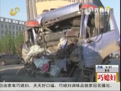 潍坊:凌晨两车相撞 一司机被困